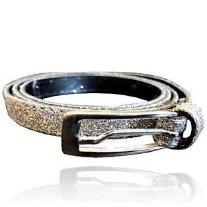 Cintura in pelle da donna con glitter argento e fibbia for Parete bianca con glitter argento