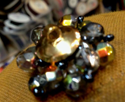 """VINTAGE Made in CZECHOSLOVAKIA  1 1//8/"""" PRESSED BEADS 27mm Pearls 3 Buttons"""