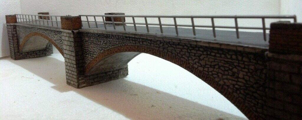 V03DM HO Ponte ferroviario stradale 2 arcate in resina dipinto con parapetto,