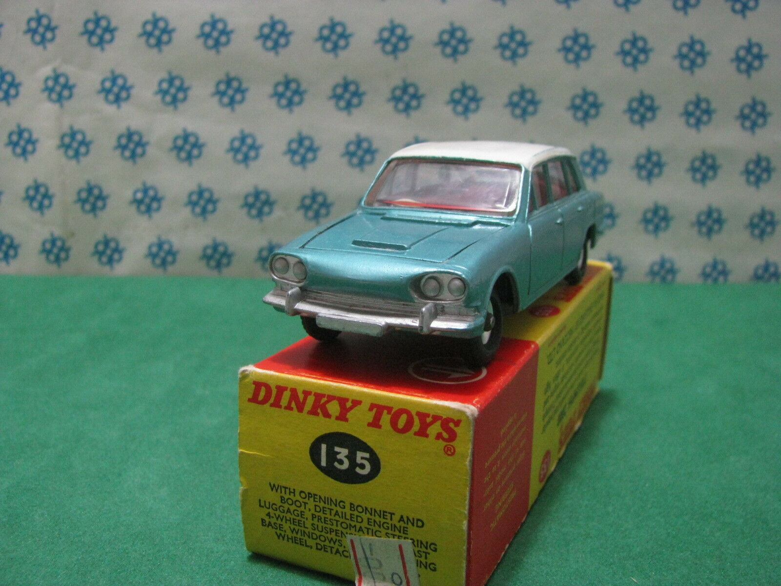Dinky Toys 135 - Vintage TRIUMPH 2000 with Bagages - NMint