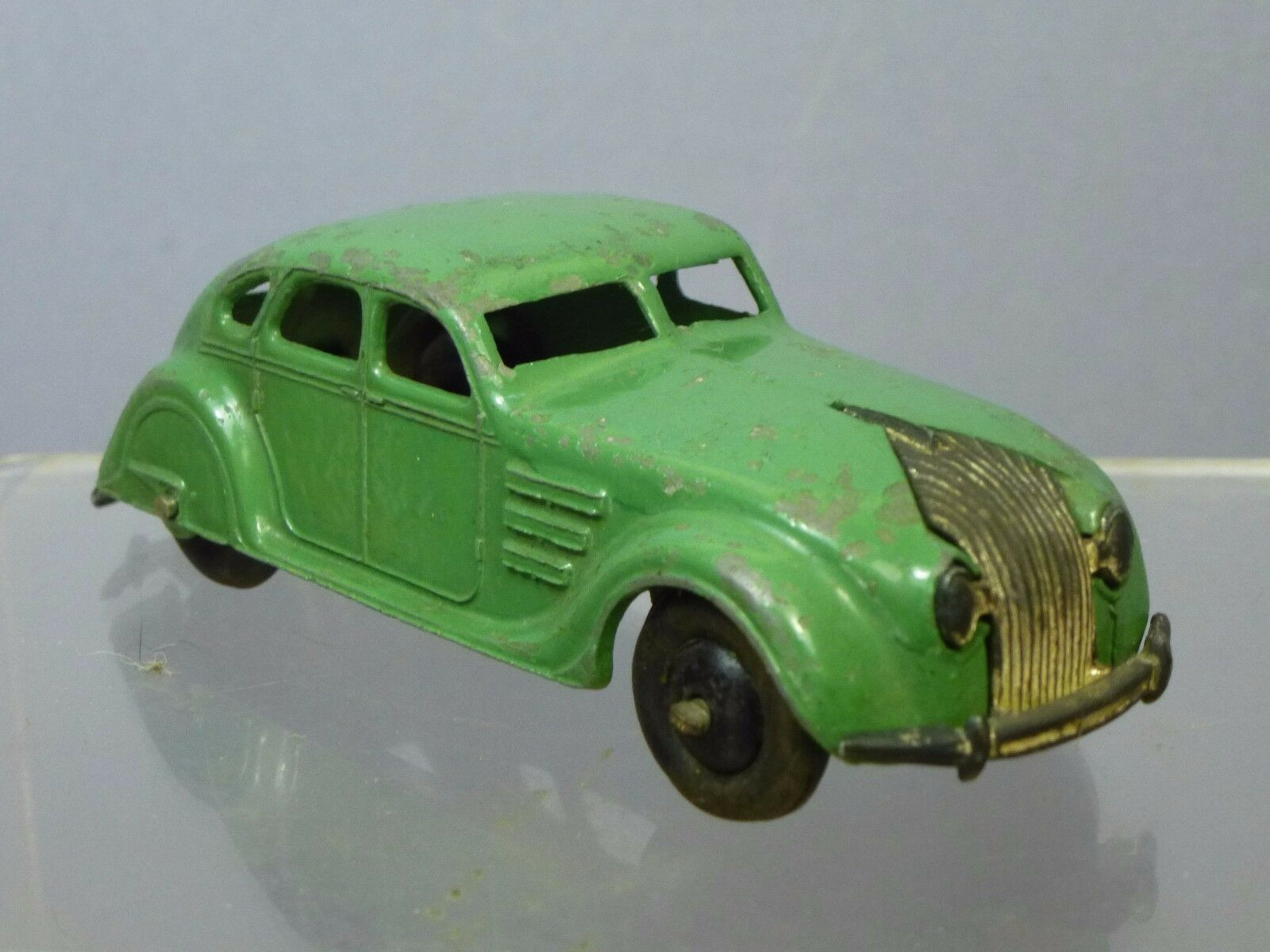 DINKY TOYS MODEL No.30a   CHRYSLER   AIRFLOW   SALOON  (FIRST GREEN VERSION )
