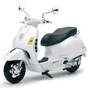 Modellino-Die-Cast-Piaggio-Vespa-GT-300-Super-Scala-1-12-Silver-da-Collezione