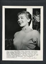LANA TURNER CANDID - 1952 AWAITING DIVORCE IN LAKE TAHOE NEVADA - VINTAGE PHOTO