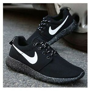 nike roshe run black and white
