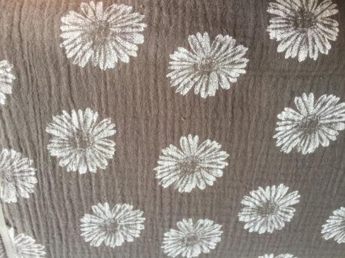 Muselina algodón Taupe flores resto 53-55 cm