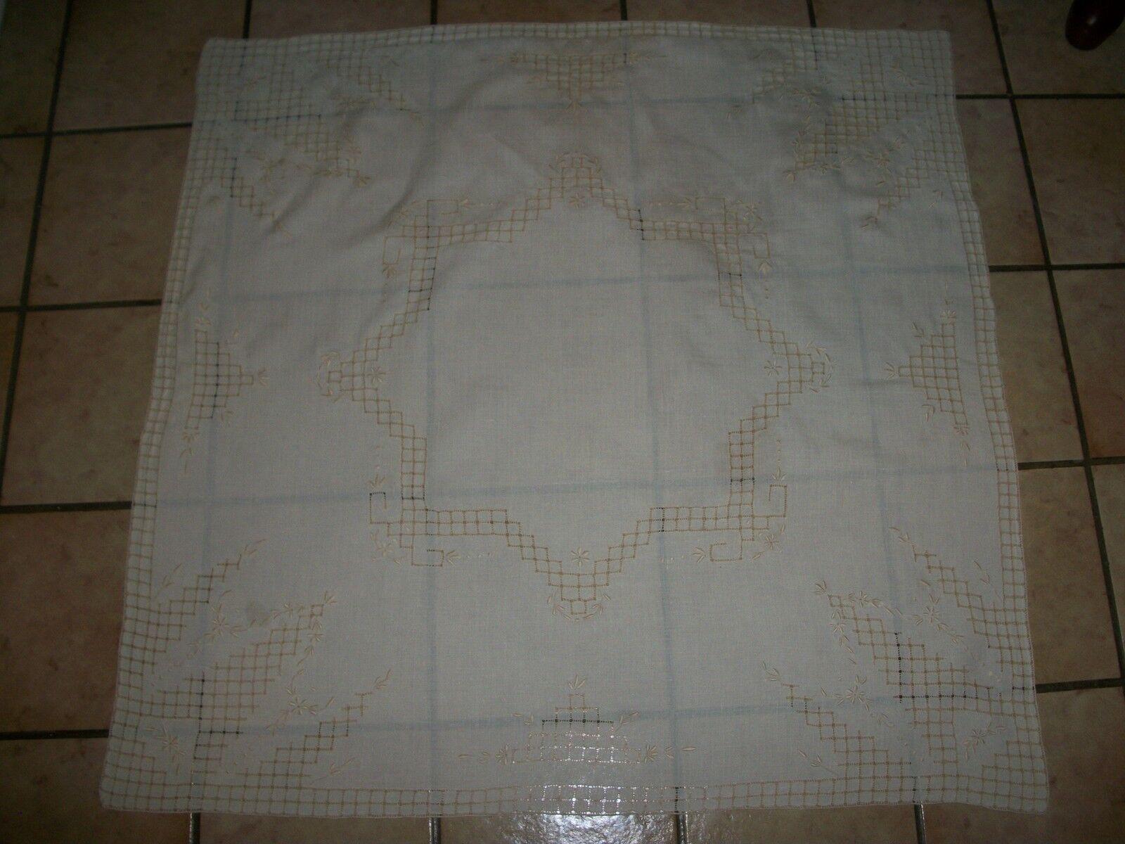 Vintage main Brodé Nappe Centerpiece 31  x 32  pouces carrés LQQK