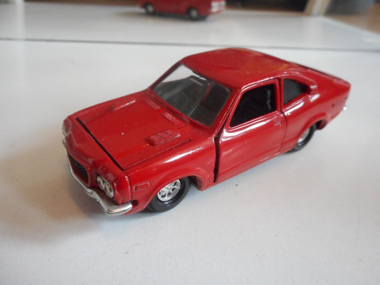 Yonezawa Toys Diapet Mazda Savanna GS-II in rosso on 1 40
