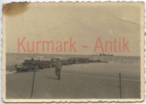 S627-Foto-Wehrmacht-Frankreich-Duenkirchen-Panzer-LKW-PKW-Lande-Steg-Pier-Schiff
