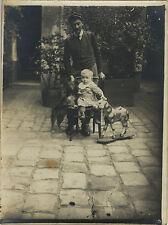 PHOTO ANCIENNE - VINTAGE SNAPSHOT - ENFANT JOUET CHEVAL DE BOIS CHIEN DRÔLE -TOY