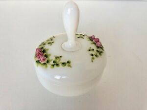 BONBONNIERE-EN-OPALINE-AVEC-APPLICATION-FLORAL-DECOR-DE-ROSES-PEINTES-C2332