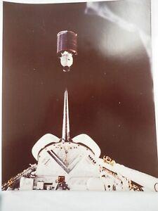 Nasa-Shuttle-Deploying-Hughes-Satellite-Foto-20-3cm-x-25-4cm