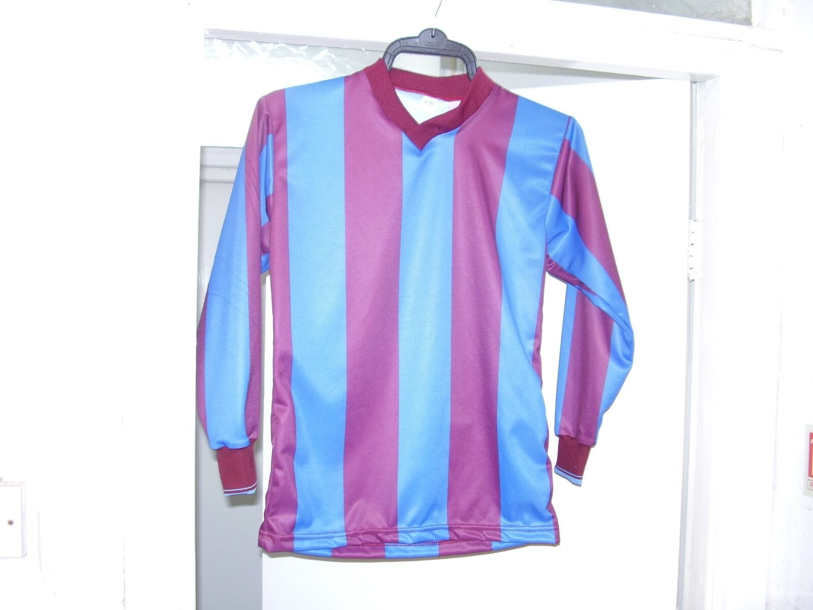 15 X 30 32 CHEST ,BRAND NEW KIDS FOOTBALL SHIRTS,MAROON  AZURE STRIPE