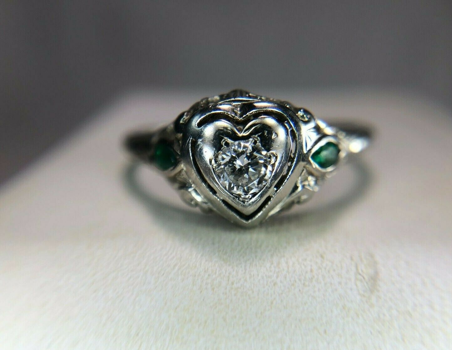 Vintage Deco 18k White gold Round Diamond Green Emerald Small Engagement Ring