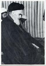 JANVIER 1979 AYATOLLAH KHOMEINI CHEF RELIGIEUX EN PRIERE A NEAUPHLE LE CHATEAU