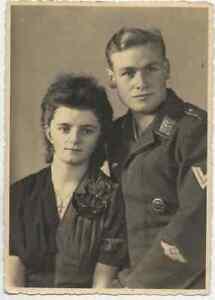 87/546 AK FOTO SOLDAT MIT FRAU   -  07.11.1942 MODE KREUZ ORDEN KENNUNG