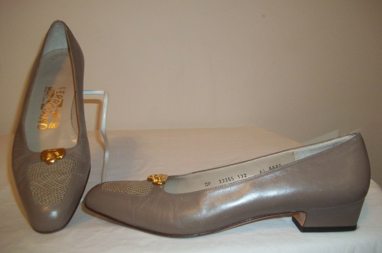 SALVATORE FERRAGAMO Taupe Leder Reptile Toe Gold Logo Low Heel Schuhes 6.5 AAAA