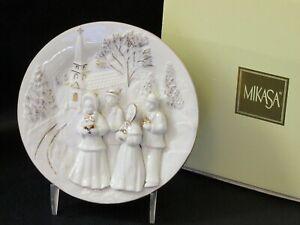 Mikasa-Holiday-Elegance-Christmas-Carolers-3D-Decorative-Wall-Plaque-Plate