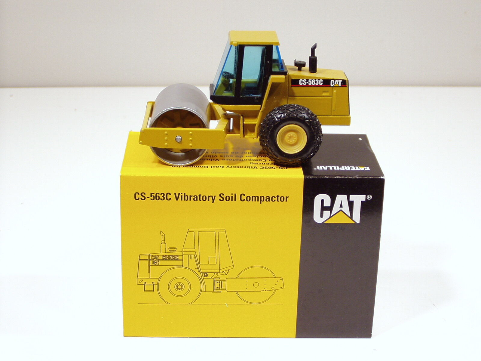Caterpillar CS563C Rouleau, Cab -  Lancement Edition  -1 50 - NZG  401.1 - Comme neuf IN BOX