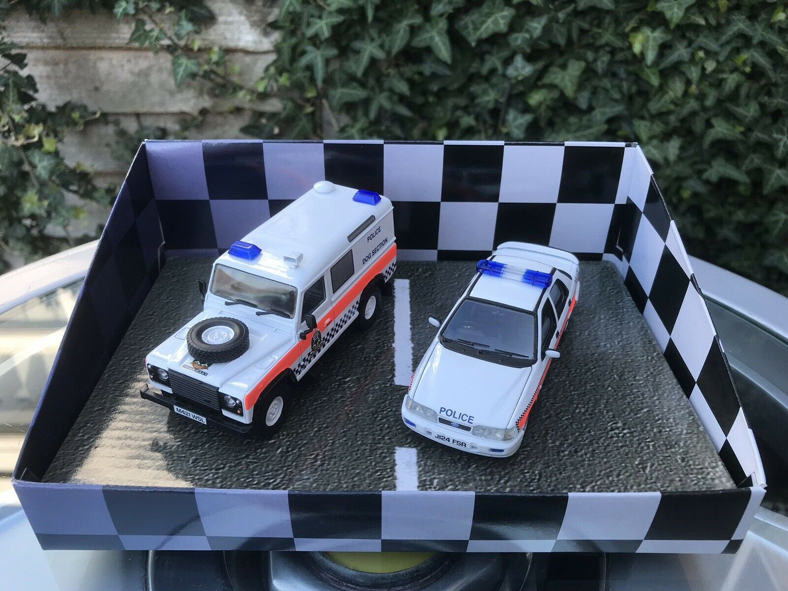 Vanguards Tayside POLICE FORD SAPPHIRE RS Land Rover Defender in buonissima condizione 1/43 TP1002