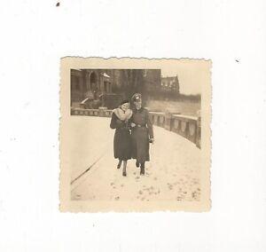 6-456-FOTO-SOLDAT-FRAU-PELZ-1940-rueckseitig-Ortsangabe-WINTER