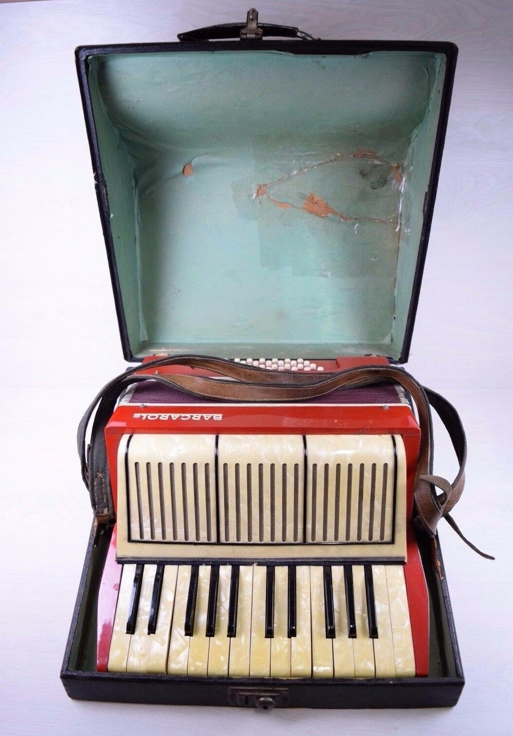 Vintage Collectible German Piano Accordion BARCAROLE 32 Bass 2 Switches rot