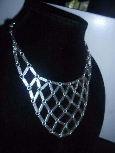 CHANDELIER LUCKY BRAND AUTHENTIC SILVER TONE BIB NECKLACE. HAMMERED METAL