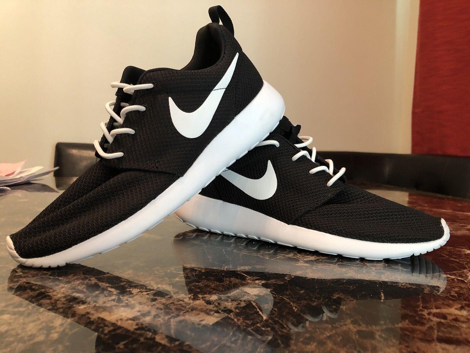 Nike Women's Roshe Run Black And White Size 9.5 Brand New