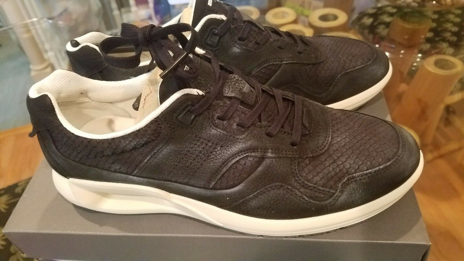 Ecco woman leather  black sneaker 9-9.5