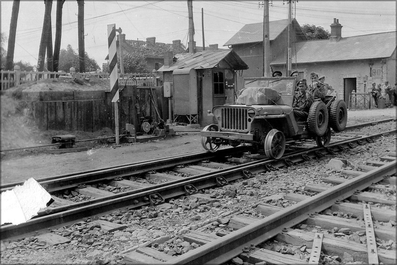Poster, Molte Misure;Jeep su Ferrovia Tracce Battle Of Normandia Francia 1944