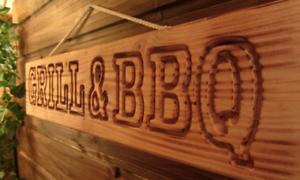 GRILL-amp-BBQ-geflammt-Holzschild-fuer-Garten-Grillecke-Gartenhaus-Douglasie