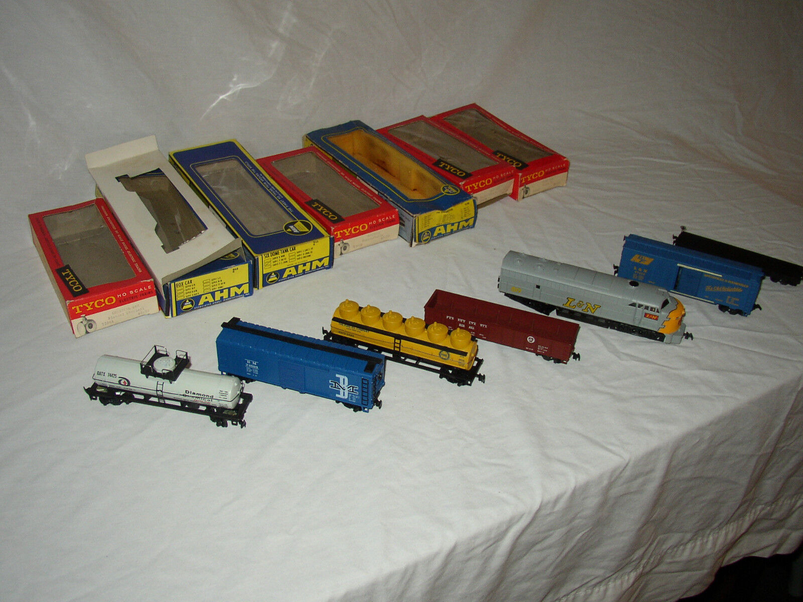 HO SCALE AHM & TYCO ENGINE & FREIGHT CARS IN ORIGINAL BOXES        LOT  C-8