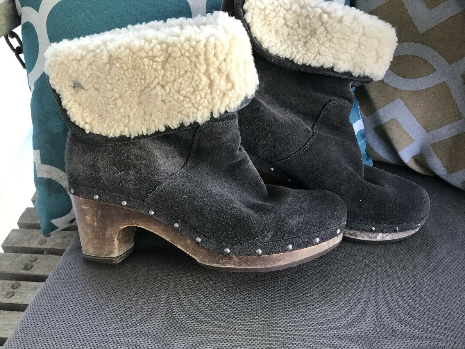 UGG Australia Lynnea Grey Studded Fold-Over Shearling Clogs Boots Damengröße 8