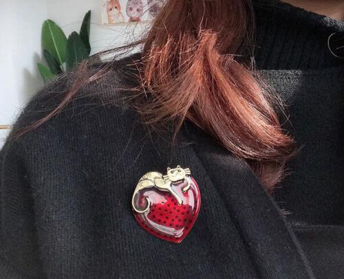 Chat en bronze de style rétro vintage assis sur une broche épingle coeur en ém