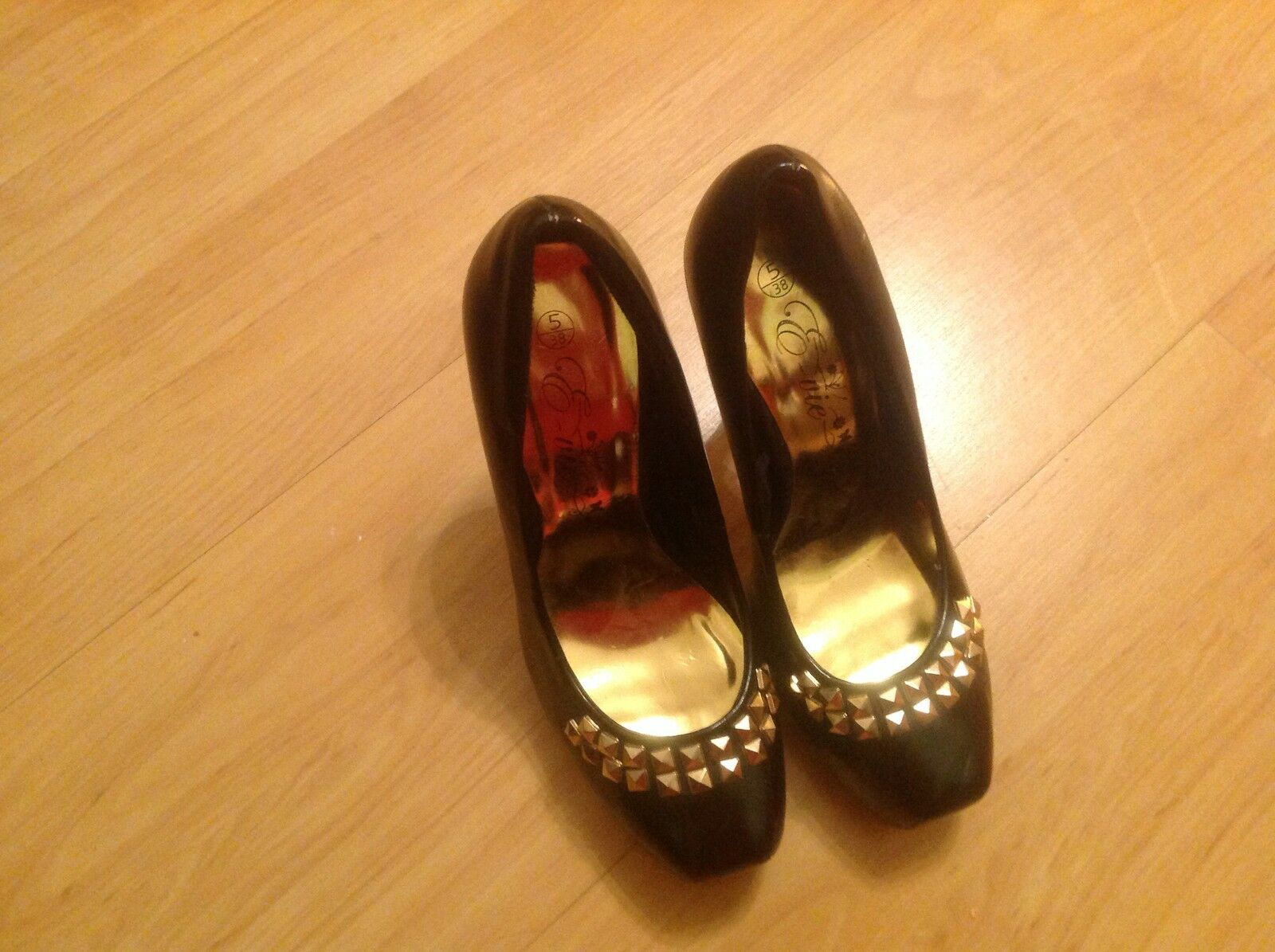 LOVELY PAIR LADIES BLACK WITH GOLD EMBELLISHMENT STILETTO HEEL SHOES SIZE 5
