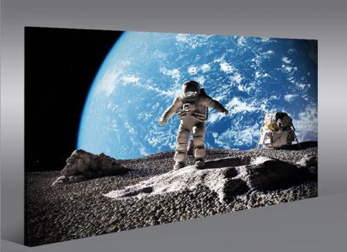 Bild auf Leinwand Auf dem Mond Astronaut mit Erde im Weltall 1K Wandbild