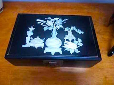 vintage jewelry box Asian black and red lacquer