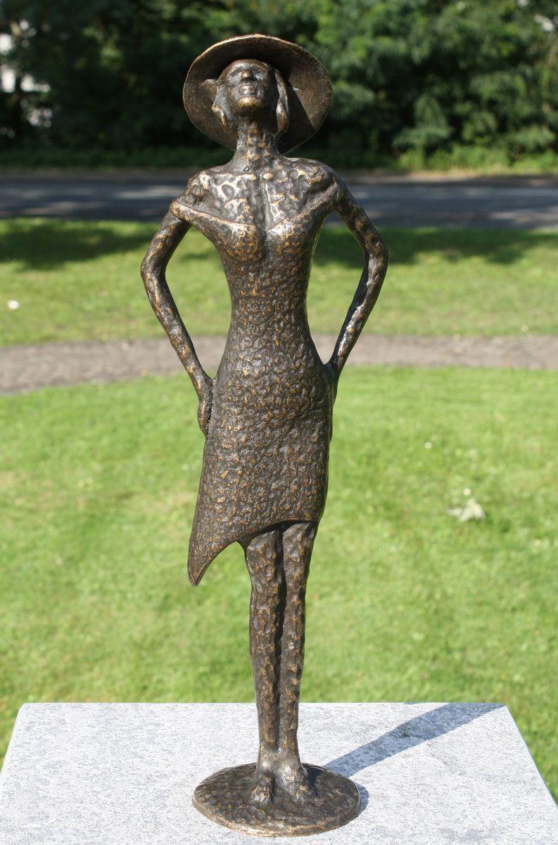 Bronzeskulptur moderne Frauenskulptur mit Hut Gartendekoration Dekorationsfigur