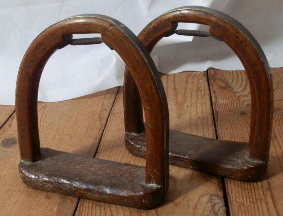 AnticoVintage Coppia di staffe in legno con fondo in mettuttio e rinforzi