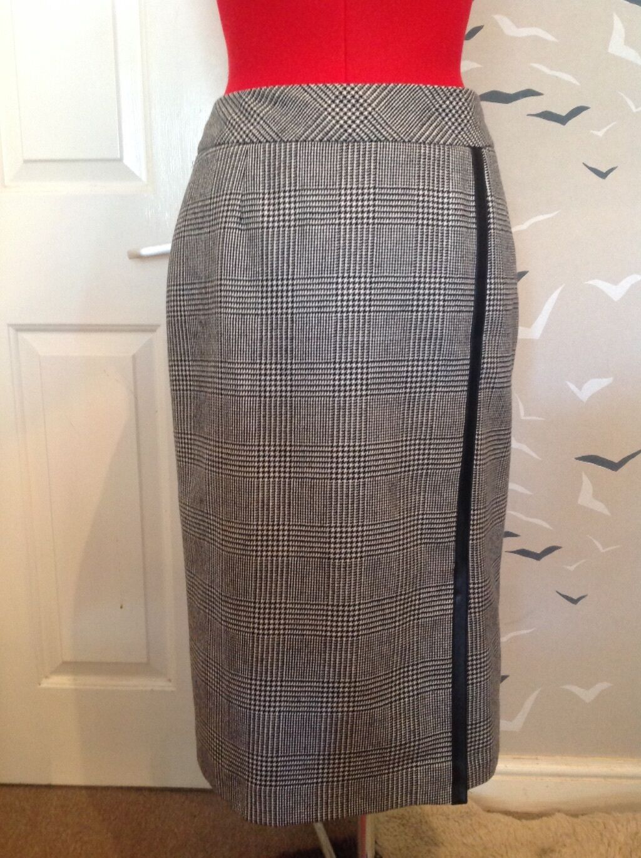 Stunning HOBBS 100% wool skirt, 12 40, 26 L worn once, pu leather trim, dogtooth