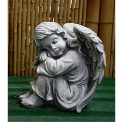 Engel aus Steinguss angehockt sitzend