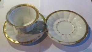 1 Tasse Et Deux Sous Tasses Avec Traces D'usage – Décoloration – Tasse Anse Cass