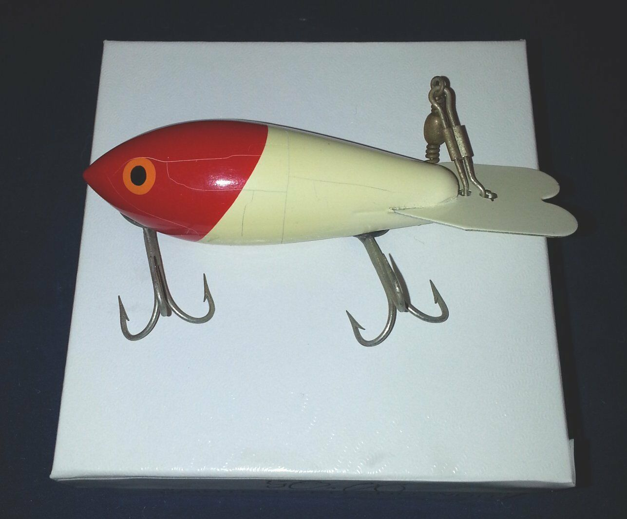 VINTAGE WOOD  FISHING LURE 3 3 4 INCHES METAL TAIL PAINTED RED WHITE excellent