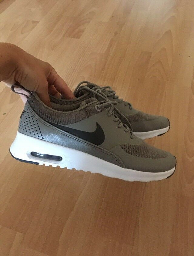 Neuwertige Nike Turnschuhe, Gr. 35,5 Thea Taupe Turnschuhe