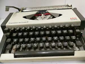 VINTAGE RETRO AEG OLYMPIA TRAVELLER DE LUXE S PORTABLE TYPEWRITER WITH COVER