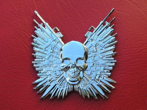 Cráneo cuchillos y armas Nuevo y único EXPENDABLES Emblema Cromado Metal Placa De Coche Placa