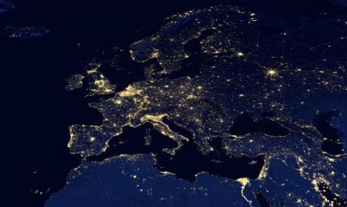 Photo Poster carte art Encadrée Imprimer-nuit vue de l/'Europe de l/'espace
