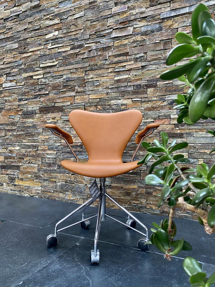 3117 kontorstol af Arne Jacobsen.