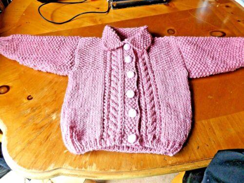 HAND Knitted Nuovo di zecca per neonate Rosa Scuro Aran Cardigan Con Colletto