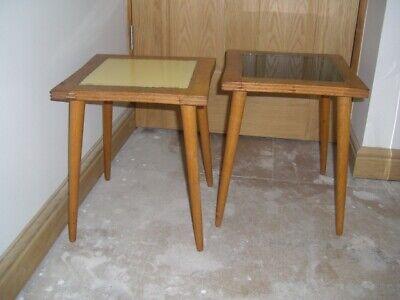 Coppia Di Faggio Anni 1950 Tabelle Laterali Con Intarsio Di Vetro Top ~ 1 Giallo Pallido ~ 1 Nero-mostra Il Titolo Originale
