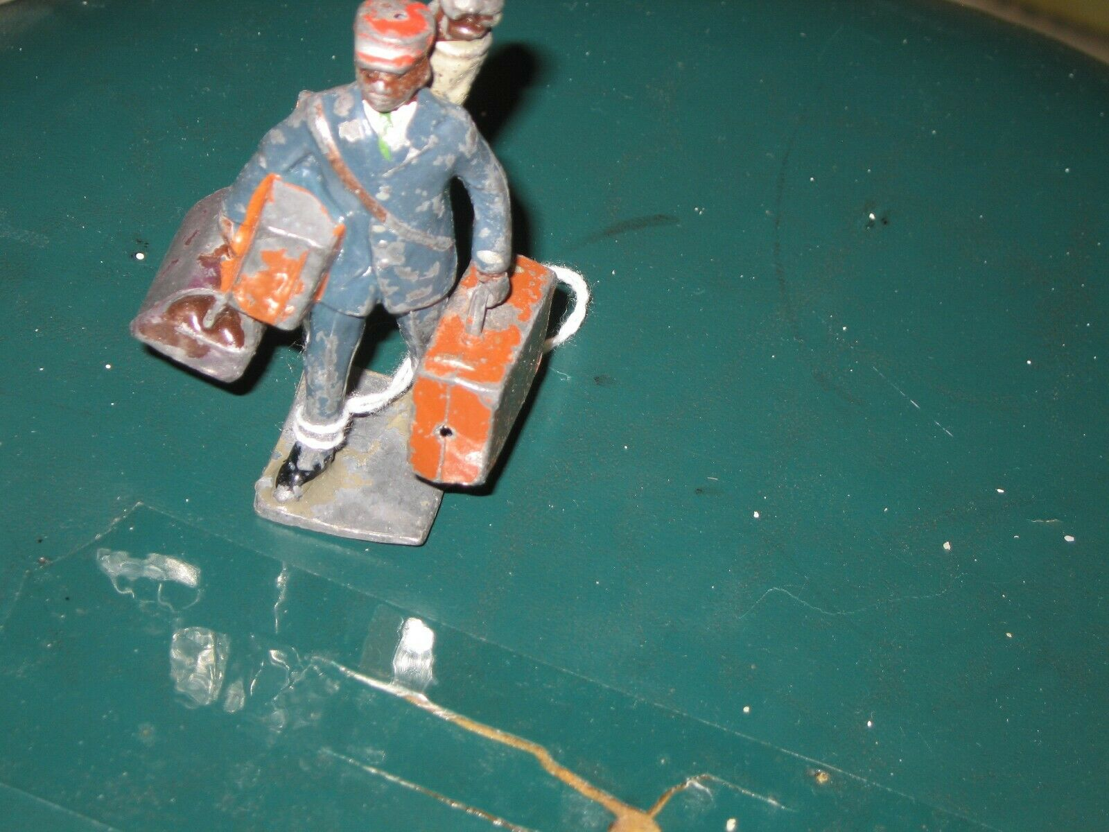Lionel figura de plomo de gorro rojo desde el conjunto de con MALETA. Original Completa
